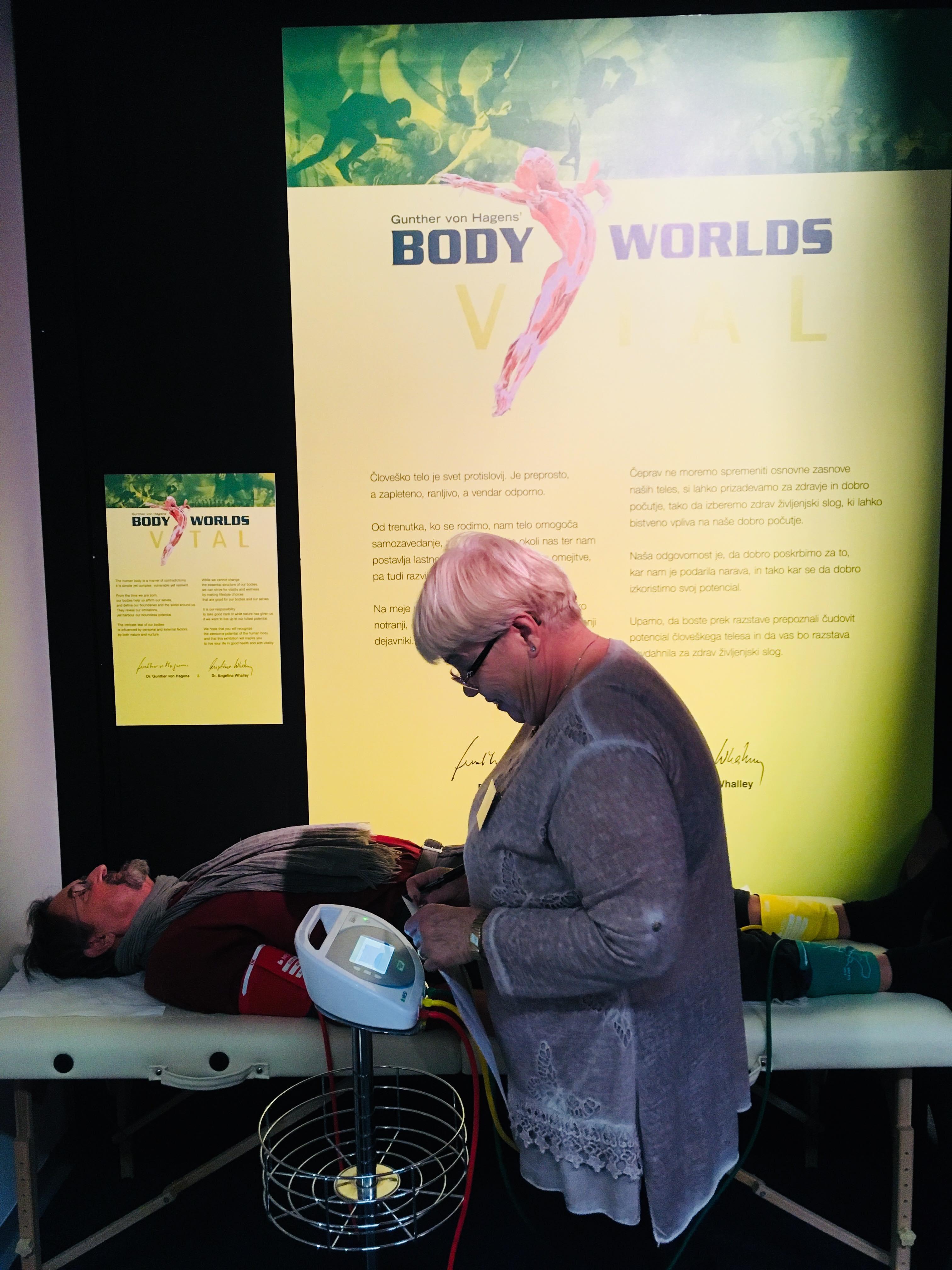 Razstava-Body-Worlds-Vital-merjenje-gleženjskega indeksa